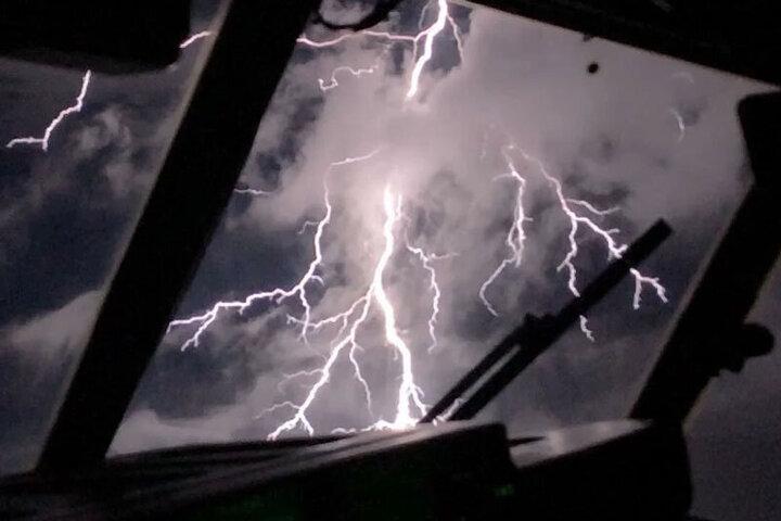 صحنه وقوع رعد و برق وحشتناک از درون کابین خلبان / فیلم