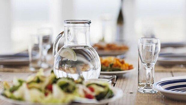 چرا نباید هنگام غذا خوردن آب بنوشیم؟