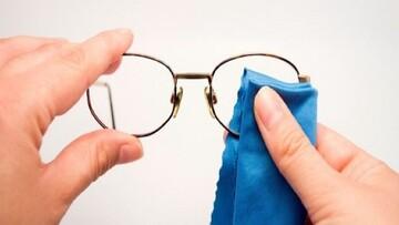 نحوه تمیز کردن شیشه عینک | چه عینکهایی را نباید شست؟