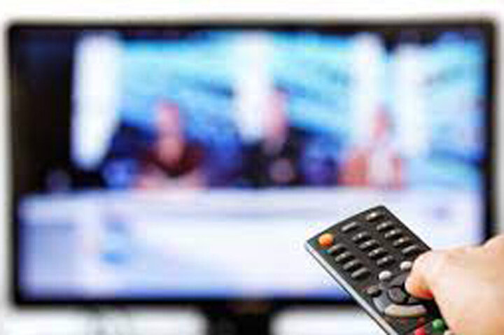 دستپاچگی مجری تلویزیون پس از بغل کردن زوج بر روی آنتن زنده / فیلم