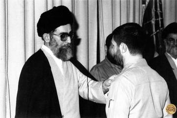 رهبر انقلاب در کنار پیکر شهید صیاد شیرازی / عکس