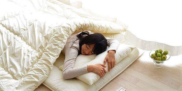 فواید روی زمین خوابیدن از نظر ژاپنیها | چه کسانی نباید روی زمین بخوابند؟