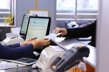 ضرب و شتم یک زن توسط کارمندان بانک / فیلم