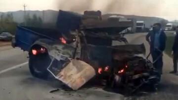 آتش گرفتن نیسان پس از برخورد شدید با اتوبوس در مازندران/ فیلم
