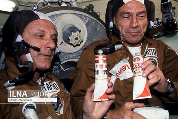 تصاویری از نحوه غذا خوردن فضانوردان در فضا