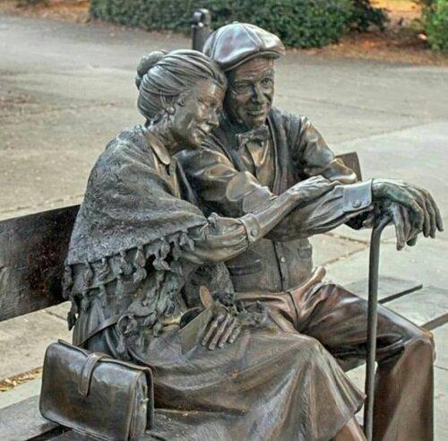تفاوتهای عجیب تندیس زوج سالخورده در همدان و لندن/ عکس
