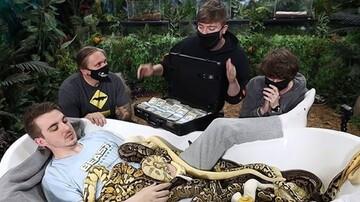 خوابیدن در وان پُر از مار برای ۱۰ هزار دلار!/ فیلم