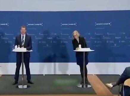 صحنه غش کردن رئیس آژانس دارویی دانمارک در نشست خبری / فیلم
