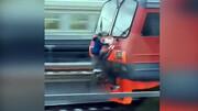 شیطنت خطرناک کودکان با قطار در حال حرکت / فیلم
