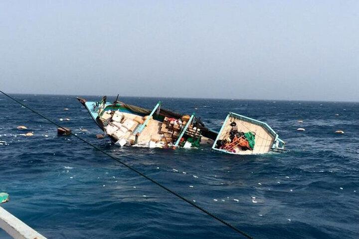 لحظه غرق شدن لنج باری در آبهای خلیج فارس / فیلم