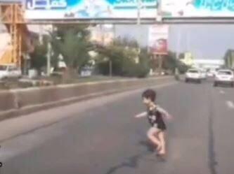 نجات معجزهآسا کودک بازیگوش از خطر توسط راننده گلستانی / فیلم