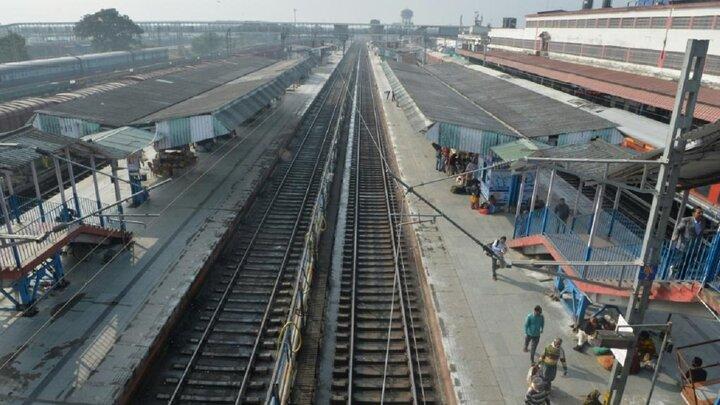 اقدام مرگبار نوجوان هندی برای گرفتن عکس سلفی بر روی قطار! / عکس