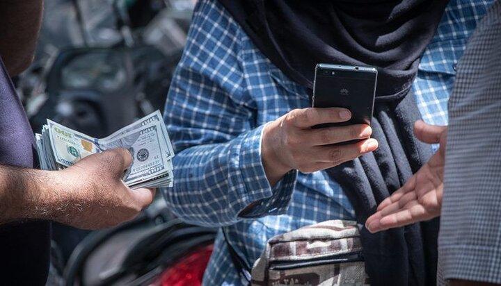 صف فروش دلار در میدان فردوسی شلوغ شد