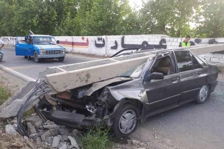 سقوط وحشتناک تیر چراغ برق روی خودرو / تصاویر