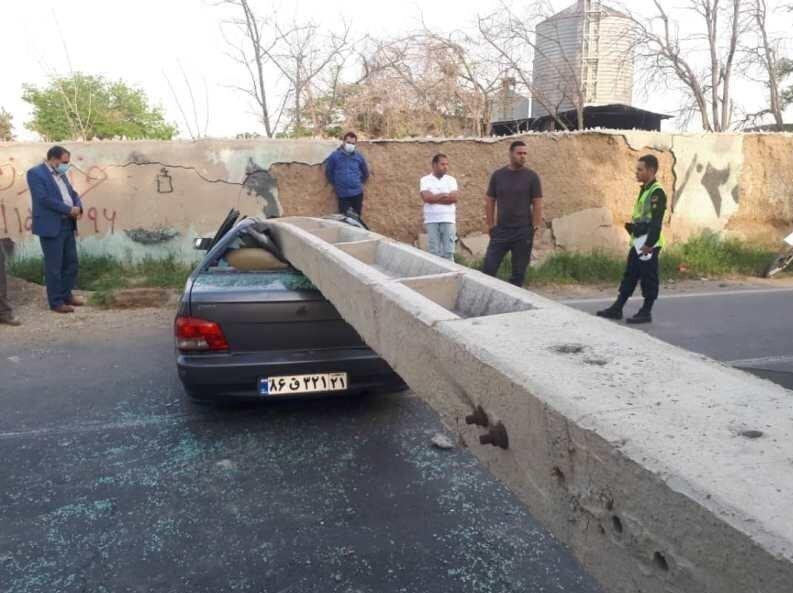 سقوط تیر چراغ برق روی پراید و نجات معجزهآسای راننده از میان آهنپارهها