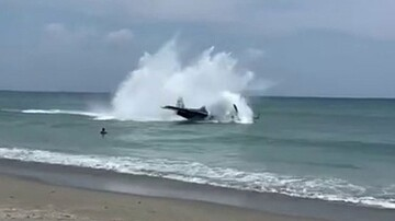 فرود اضطراری هواپیما در ساحل دریا / فیلم