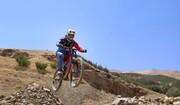 لحظات دلهرهآور رکاب زدن دوچرخه سوار شجاع بر روی صخره کوه / فیلم