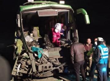 تصادف خونین اتوبوس مسافربری و تریلی در اصفهان/ عکس