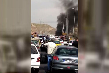 حریق خودرو پژو ۴۰۵ در اتوبان تهران - پردیس / فیلم