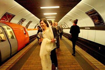 برگزاری جشن عروسی عجیب در مترو! / فیلم