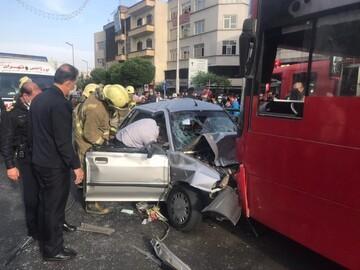 برخود شدید پراید با اتوبوس در خط ویژه خیابان آزادی
