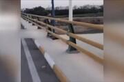 سرقت عحیب تیرهای چراغ برق پل نهم اهواز / فیلم