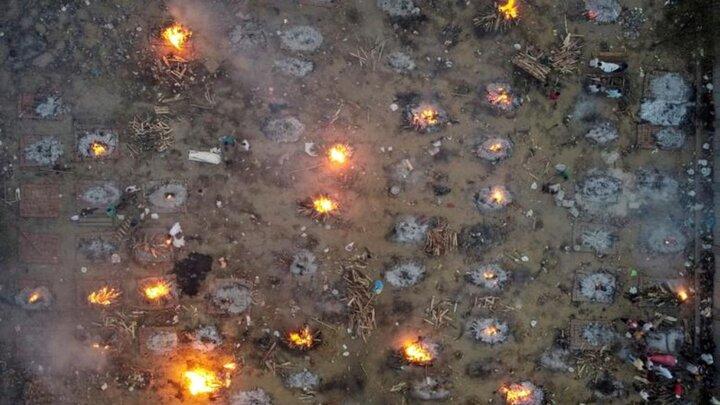 تصاویر دردناک از سوزاندن کشتههای کرونایی در هند