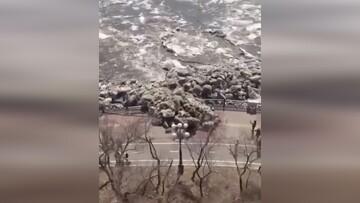 نفوذ عجیب یخهای یک رودخانه به وسط خیابان / فیلم