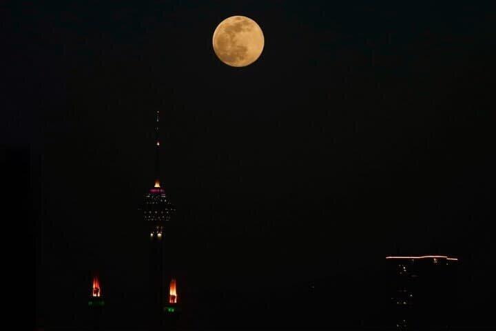 نمایی زیبا از پدیده ابرماه در کنار برج میلاد / عکس