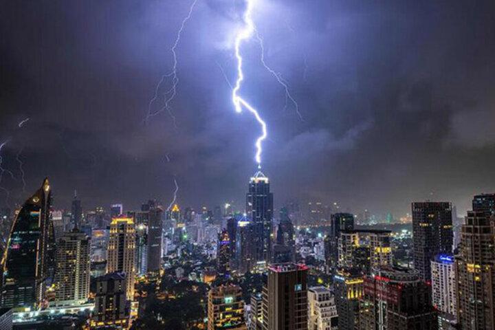 لحظه اصابت رعد و برق وحشتناک به برج بلند/ فیلم