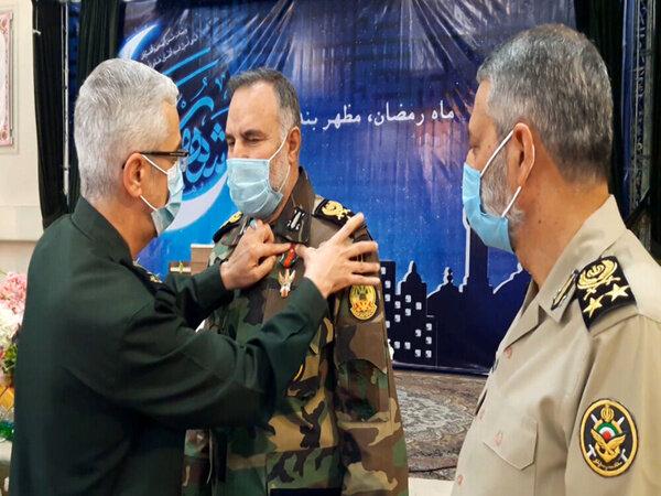 اعطای نشان درجه یک فتح به فرمانده نیروی زمینی ارتش