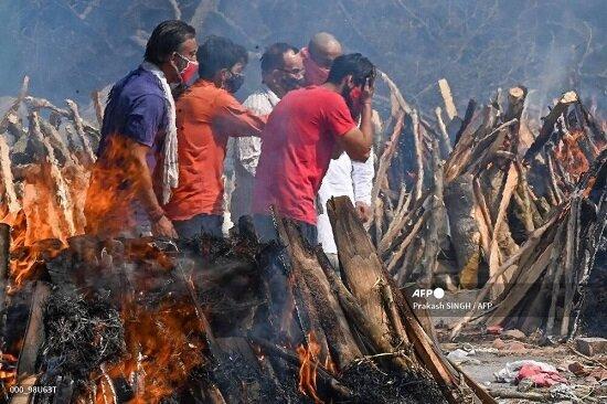 گزارش تصویری از سوزاندن جنازه بیماران کرونایی در هند