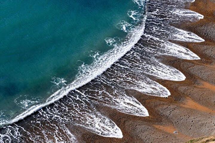 نجات معجزهآسای جان دو کودکی که در ساحل زنده زنده دفن شده بودند / فیلم