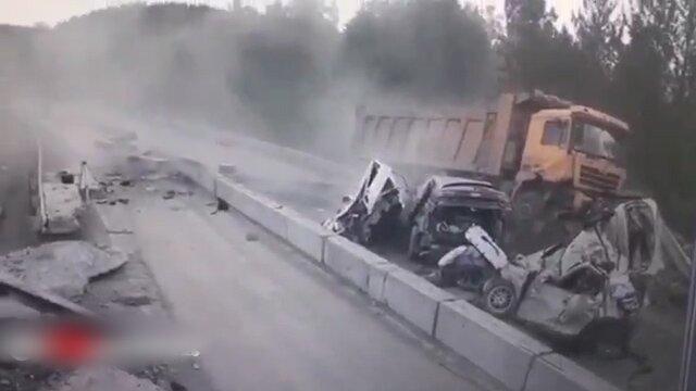 تصاویری دلخراش از مچاله شدن ۴ خودرو در برخورد با کامیون / فیلم