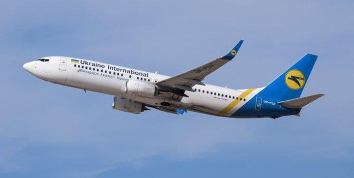 چرخیدن عجیب هواپیما با وزش باد شدید / فیلم