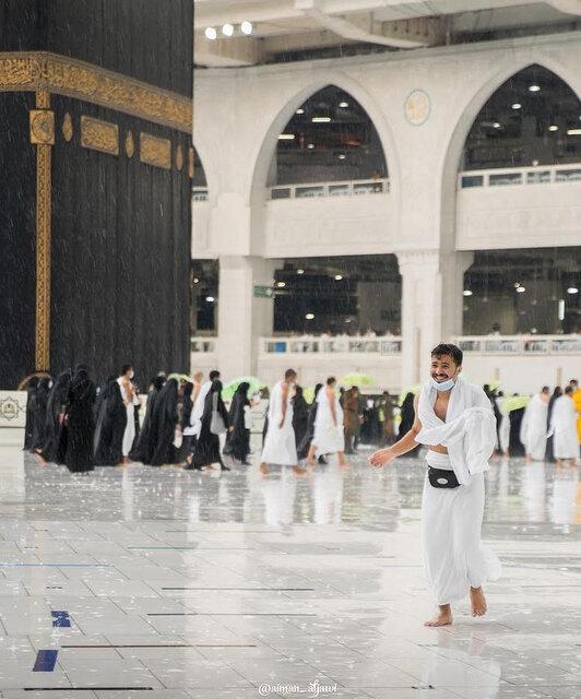 تصاویری از زائران خانه خدا زیر باران شدید