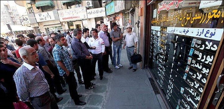 تشکیل صفهای فروش دلار در فردوسی / تردید در بازارهای موازی با بازار ارز