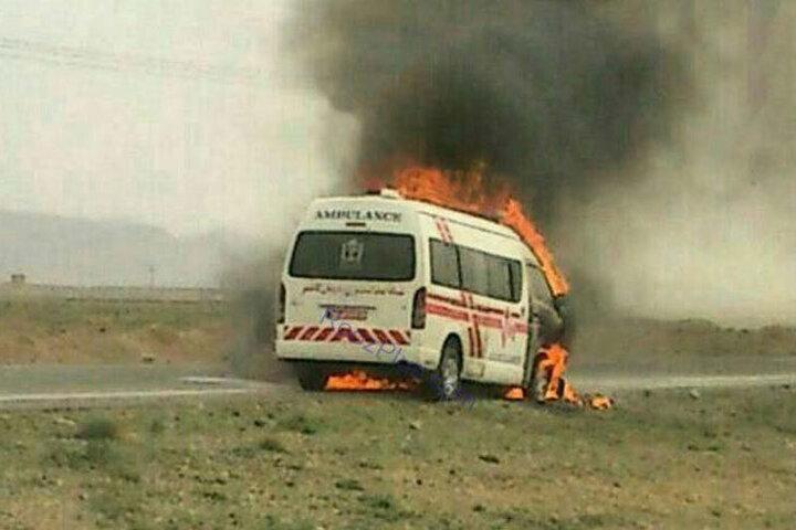 آتش گرفتن وحشتناک آمبولانس حین انتقال بیمار در جاده دهدشت / فیلم
