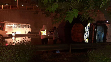تصادف کامیون با مینیبوس در مشهد حادثه آفرید / عکس