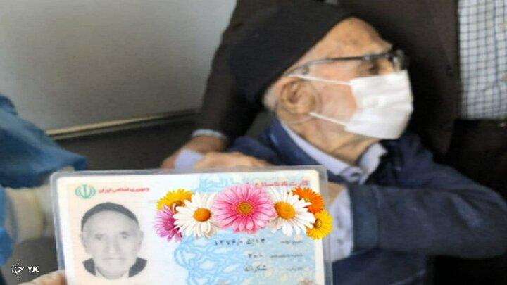 واکسن زدن پیرمرد ۱۲۴ ساله ایرانی / عکس