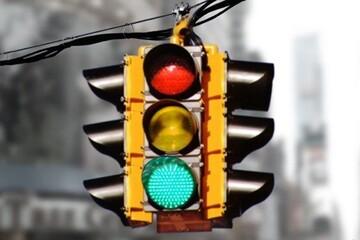 عبور و مرور عجیب خودروها در چهار راه بدون چراغ راهنما / فیلم