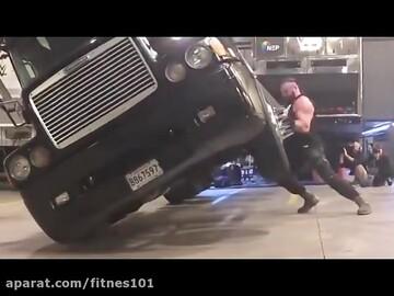 آیتم جذاب چپ کردن اتومبیل در مسابقه قویترین مردان / فیلم