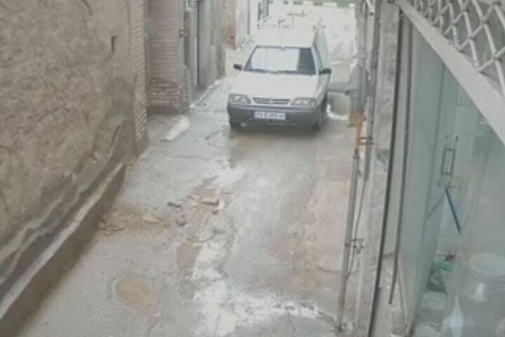 لحظه وحشتناک ریزش دیوار قدیمی در پی بارش شدید باران در خراسان جنوبی / فیلم