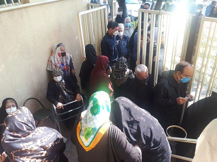 گزارشی از ازدحام و شلوغی صف تزریق واکسن سالمندان در تهران؛ بیهیچ نظمی، قیامت است و شلوغ!