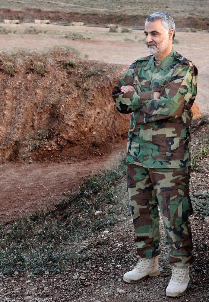 تصویری متفاوت از سردار سلیمانی در لباس نظامی / عکس