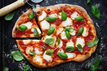 مراحل پخت پیتزا مارگاریتا خوشمزه