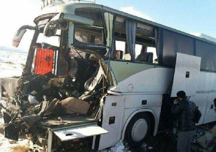 تصادف اتوبوس با تریلر در قم قربانی گرفت