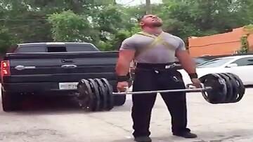 ورزشکاری که همزمان اتومبیل و لیفت وزنه ۲۰۰ کیلویی را میکشد / فیلم
