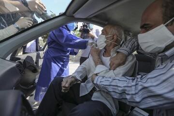 تزریق واکسن کرونا به شهروندان در خودرو / تصاویر
