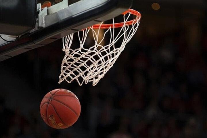 بازیکن بسکتبال به همراه توپ وارد سبد شد! / فیلم